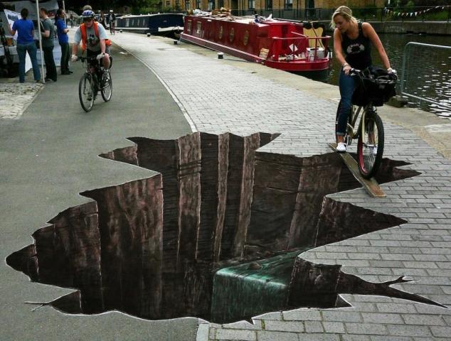 fietst op een heel dun plankje